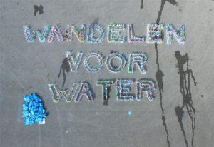 Wandelen voor Water Nijmegen- Vasim tekst met flessen - drone foto Nieuws uit Nijmegen_ Multibeeld Media Producties